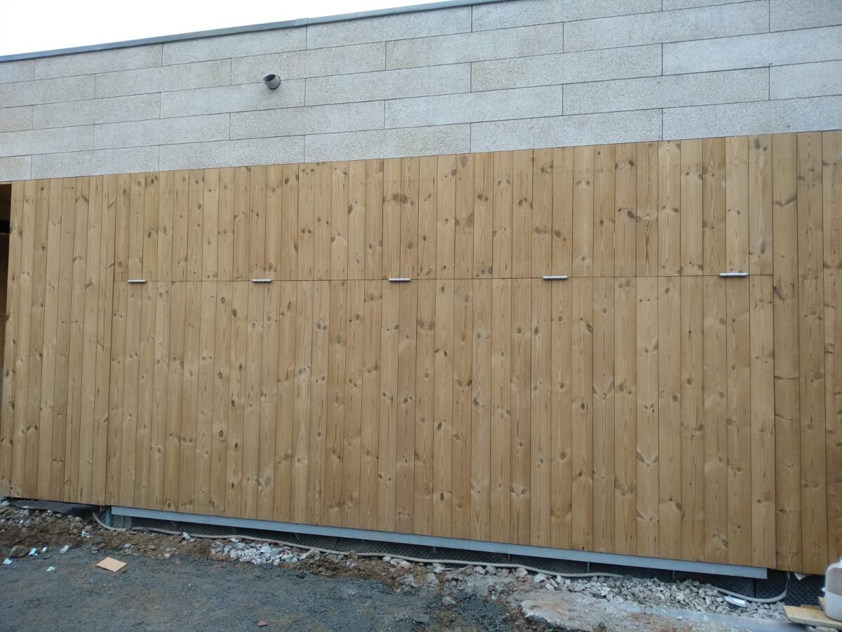 Portal contrapesado forrado en madera