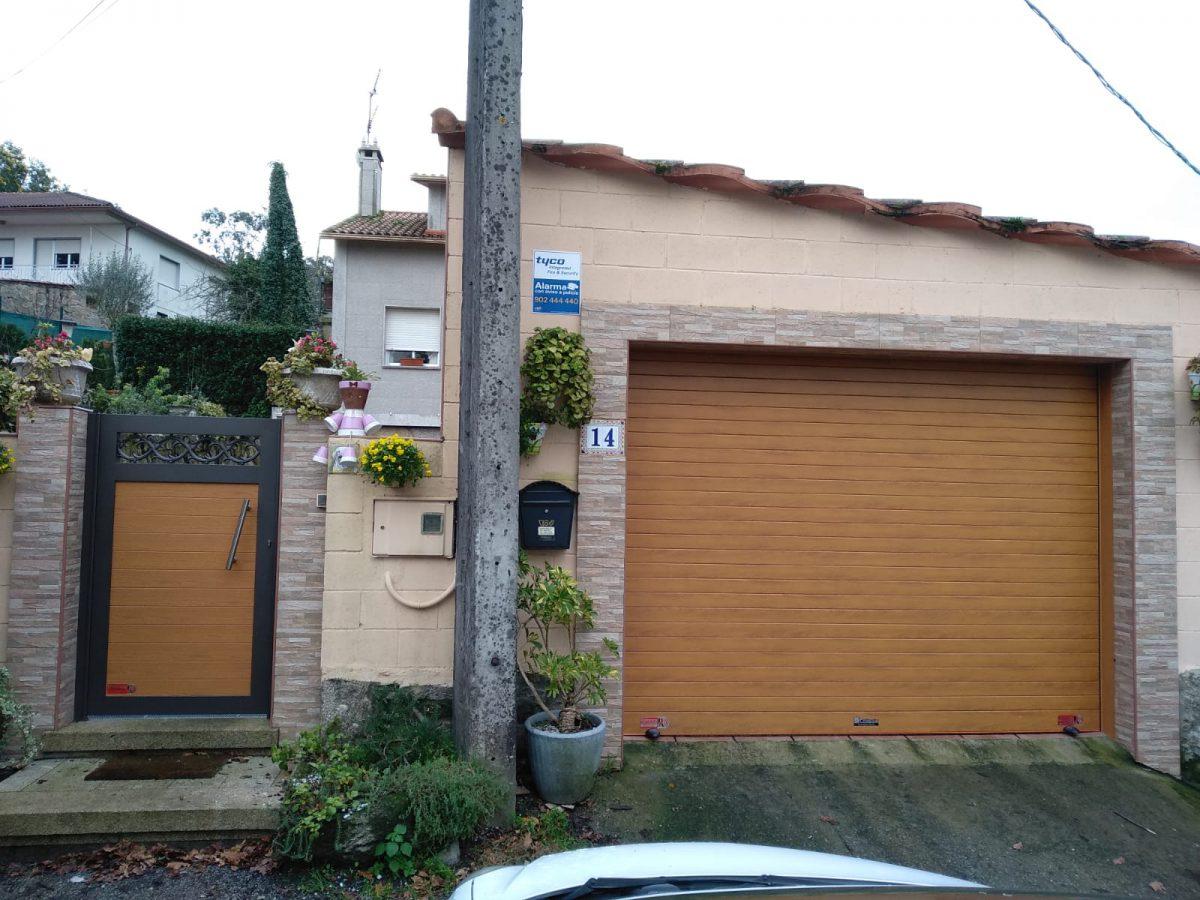 Persiana enrollable Collbaix imitación madera y puerta peatonal a juego