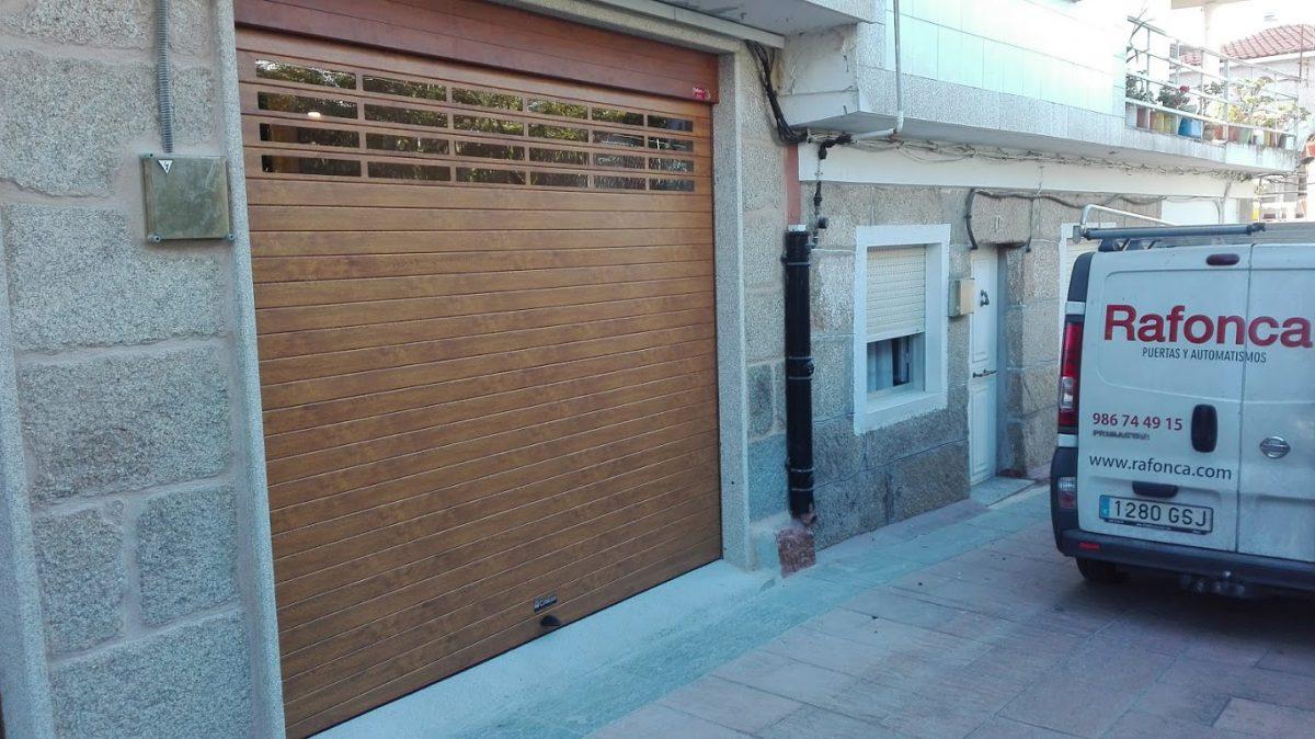Puerta enrollable Collbaix imitación madera