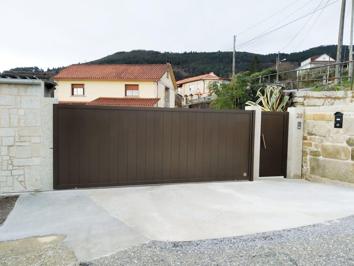 Portal y puerta peatonal de aluminio soldado