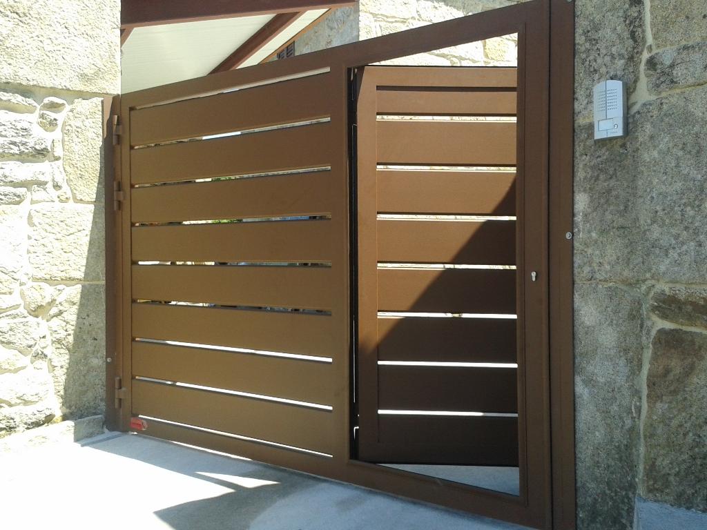Portal batiente de aluminio tablón separado