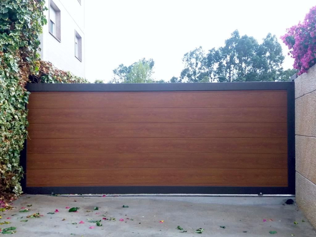 Portal corredera de aluminio imitación madera