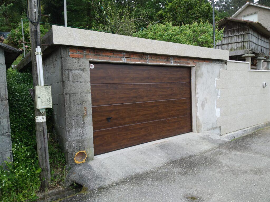 Puerta seccional con instalación en Barro (Pontevedra) 3