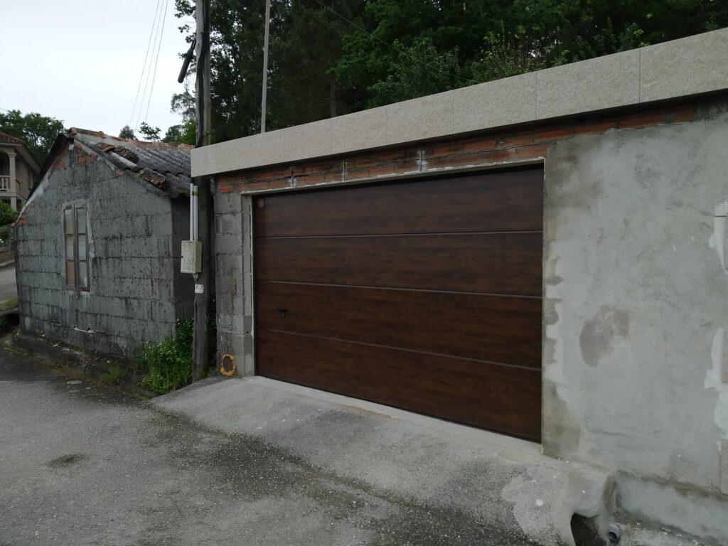 Puerta seccional con instalación en Barro (Pontevedra) 1