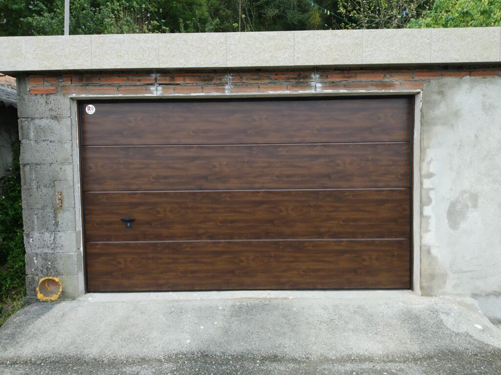 Puerta seccional con instalación en Barro (Pontevedra) 2