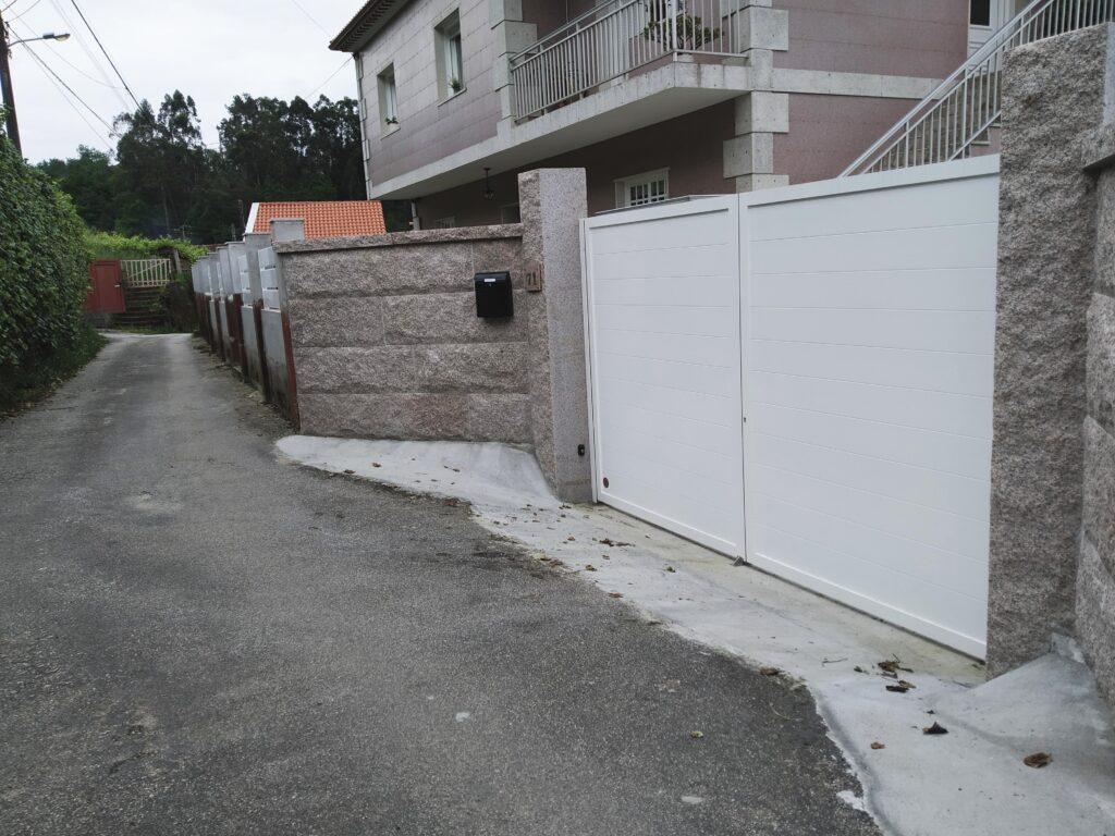 Portal abatible, puerta peatonal y vallas en Pontevedra 3