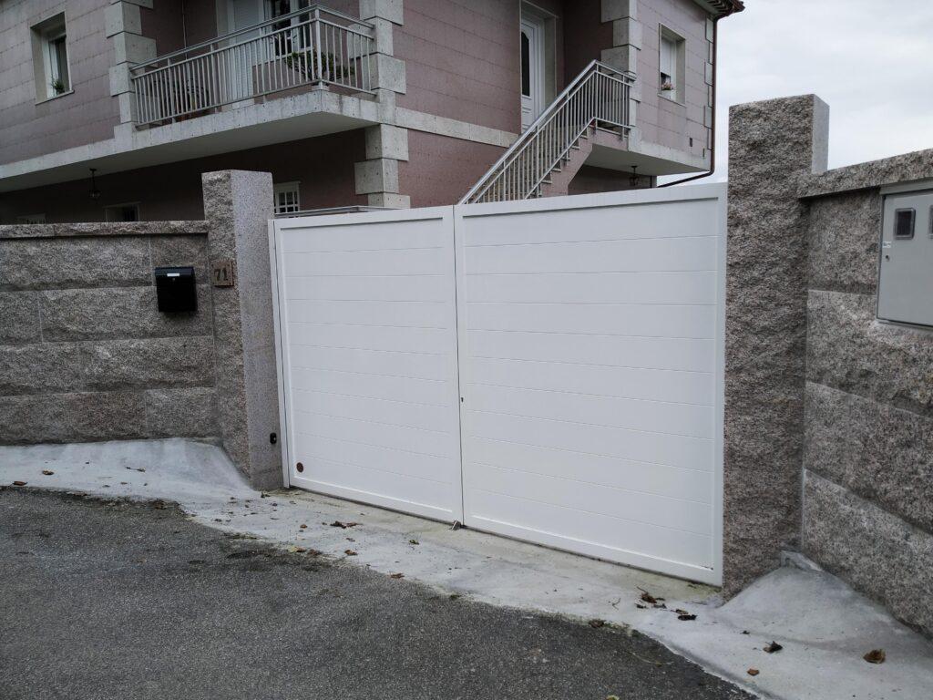 Portal abatible, puerta peatonal y vallas en Pontevedra 1