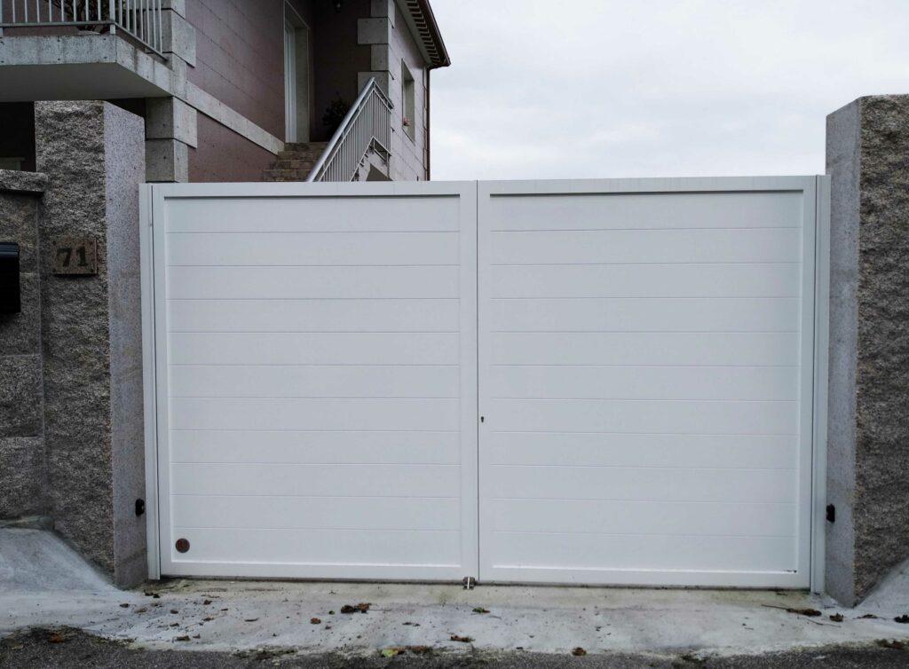 Portal abatible, puerta peatonal y vallas en Pontevedra 2