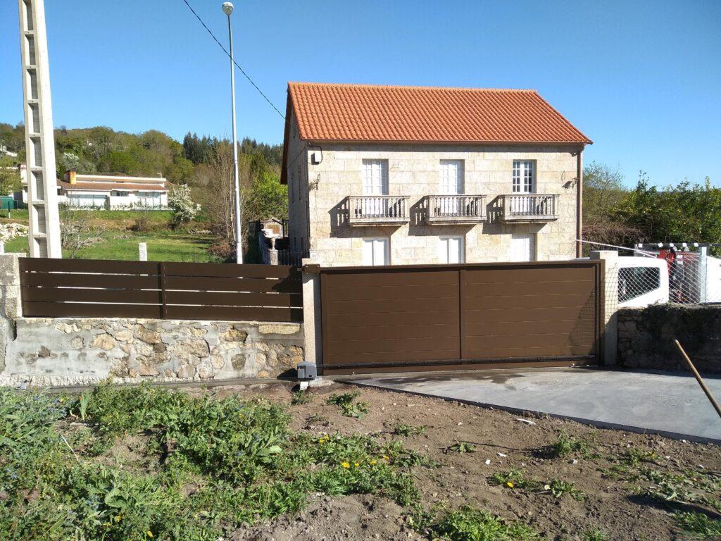 Portal corredera y valla en Aguasantas (Cerdedo-Cotobade) 1