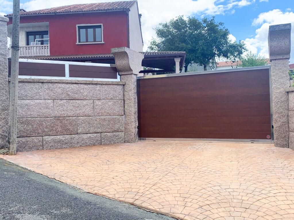 Portales y valla con marco de acero inoxidable en Vilanova de Arousa 4