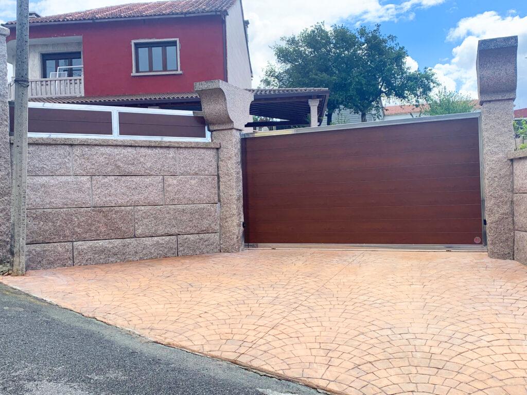 Portales y valla con marco de acero inoxidable en Vilanova de Arousa 1