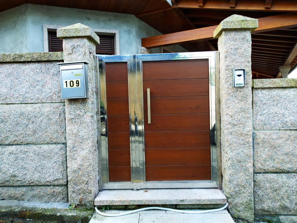 Portales y valla con marco de acero inoxidable en Vilanova de Arousa 3