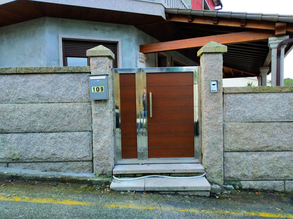 Portales y valla con marco de acero inoxidable en Vilanova de Arousa 2