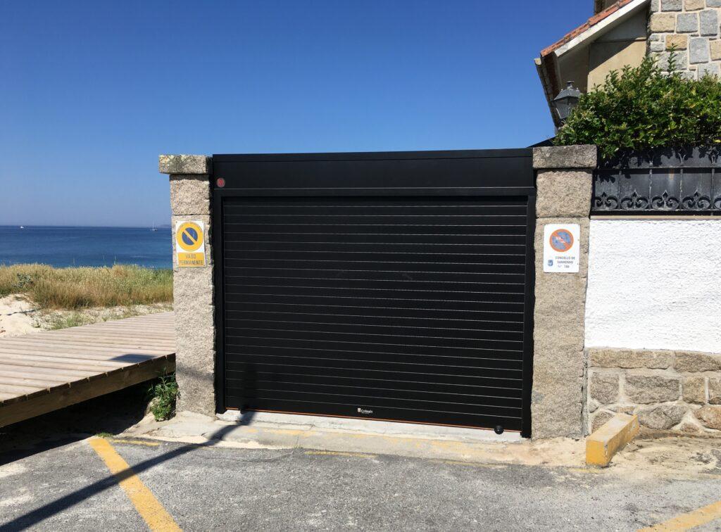 Puerta enrollable Collbaix para entrada de vehículos en Sanxenxo 1