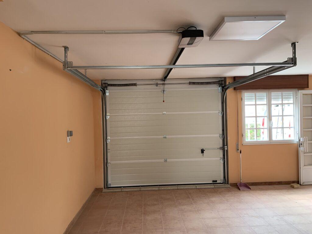 Puerta seccional Novoferm ISO 45 instalada en Ribeira 1