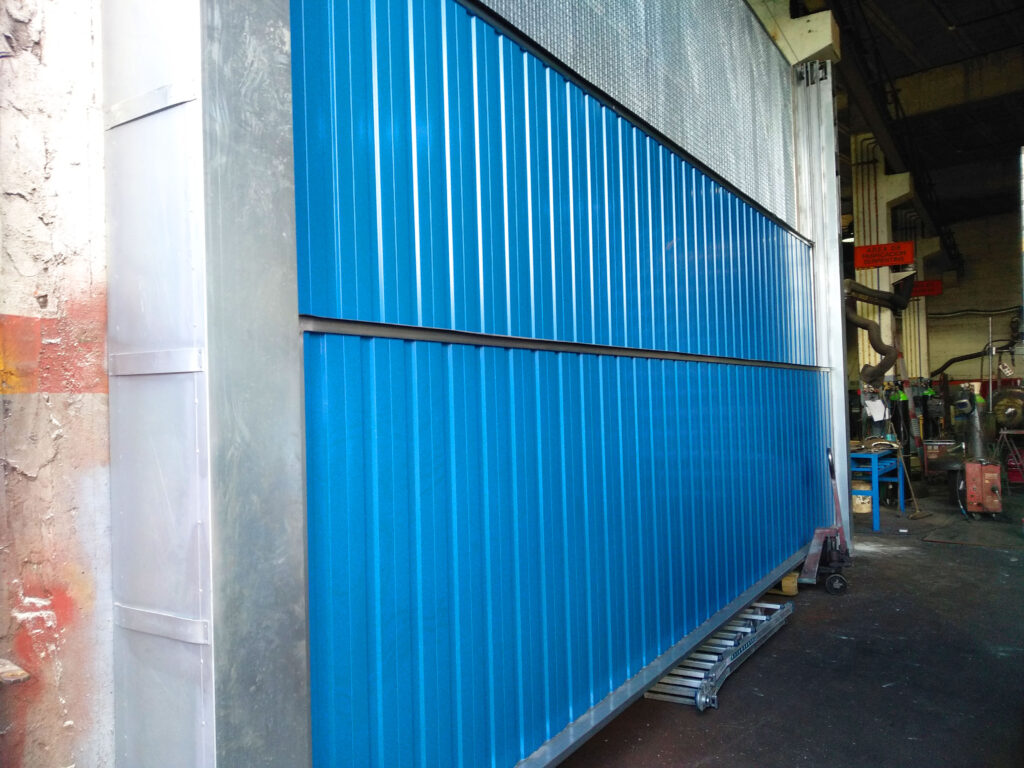 Portal contrapesado vertical y batiente industrial instalados en Vigo 3