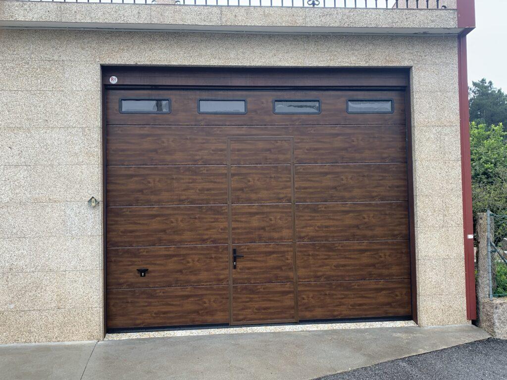 Puerta seccional Novoferm ISO-45 con peatonal insertada y ventanas en Cobas (Meaño) 1