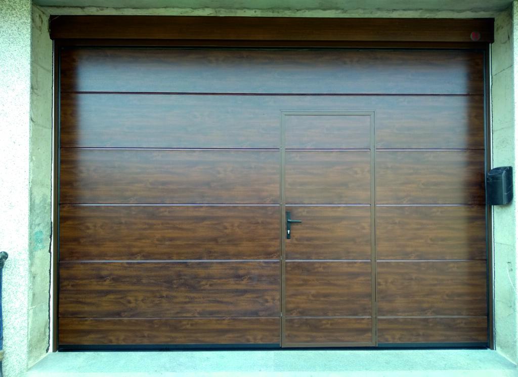Puerta seccional Novoferm ISO-45 con peatonal insertada en Caldas de Reis 3