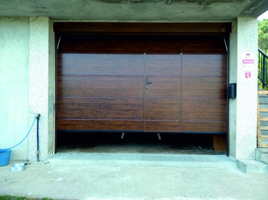 Puerta seccional Novoferm ISO-45 con peatonal insertada en Caldas de Reis 1