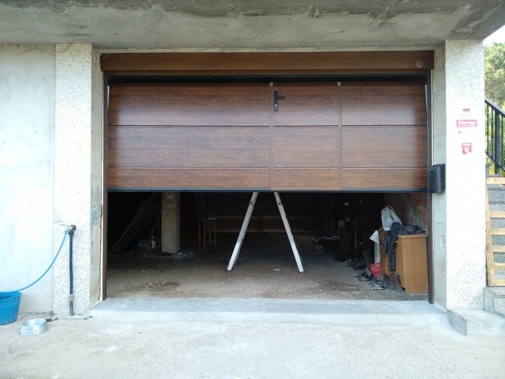 Puerta seccional Novoferm ISO-45 con peatonal insertada en Caldas de Reis 4