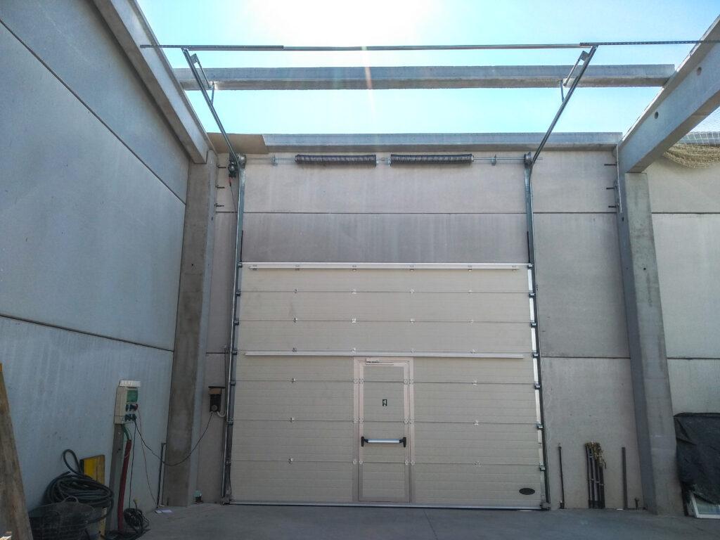 Instalación de puerta industrial para nave en O Rosal (Pontevedra) 4