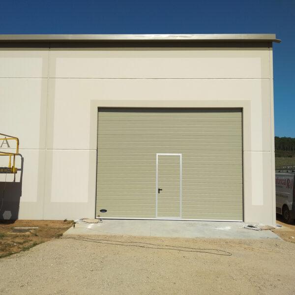 Instalación de puerta industrial para nave en O Rosal