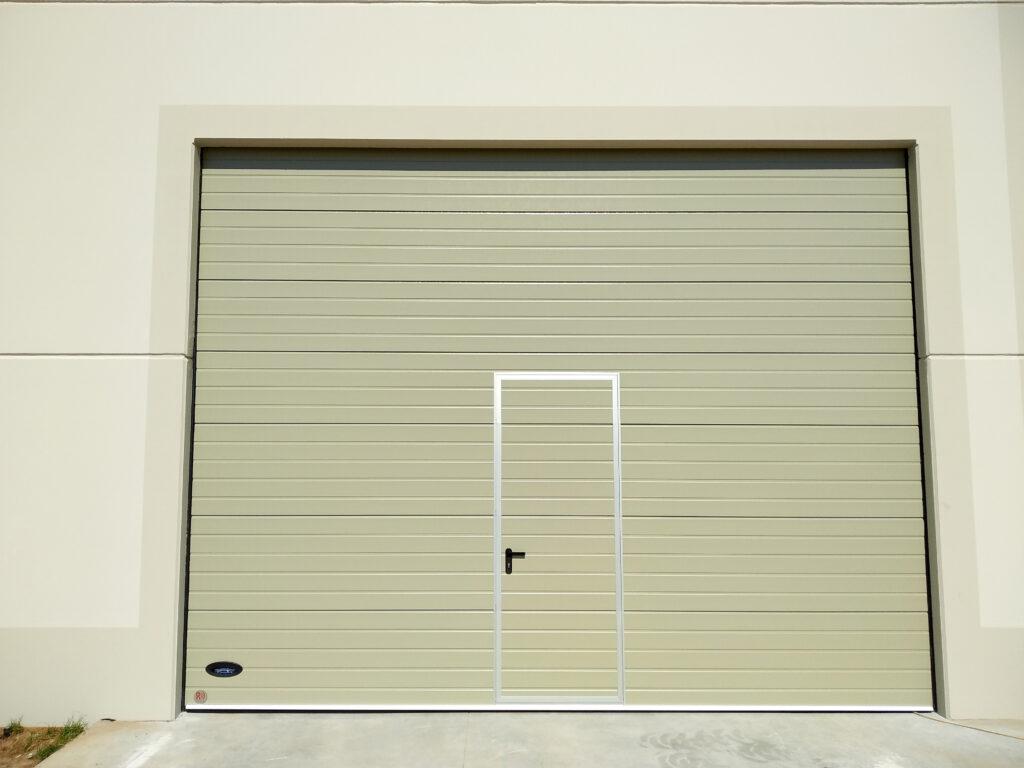 Instalación de puerta industrial para nave en O Rosal (Pontevedra) 1
