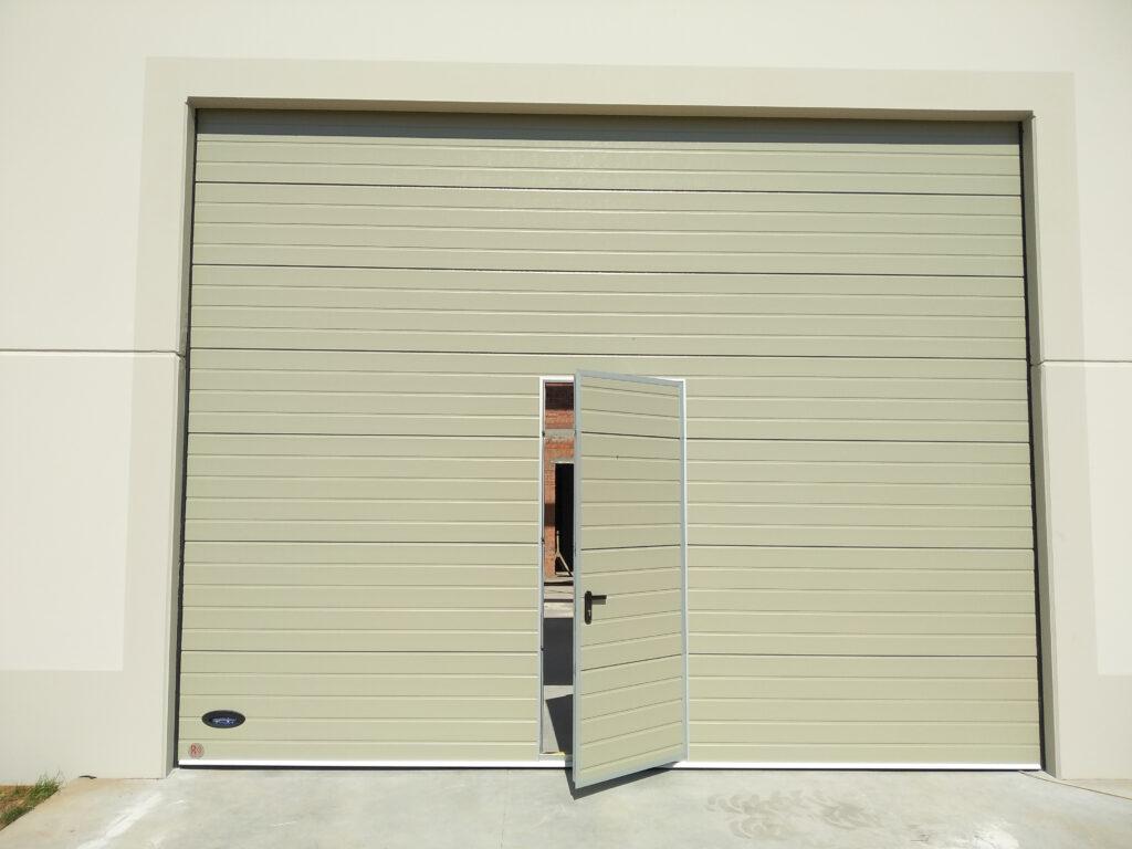 Instalación de puerta industrial para nave en O Rosal (Pontevedra) 2