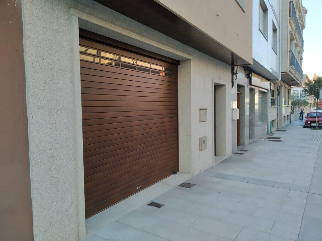 Puerta enrollable Collbaix para garaje instalada en Ribeira (A Coruña) 4