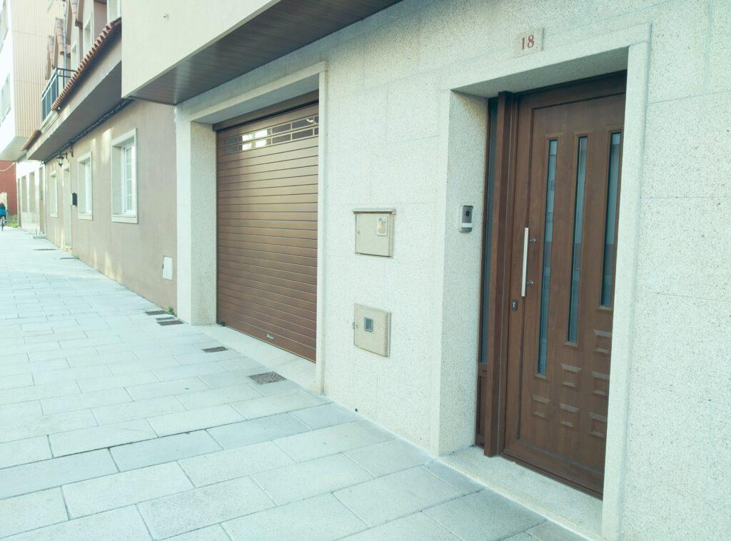 Puerta enrollable Collbaix para garaje instalada en Ribeira (A Coruña) 3