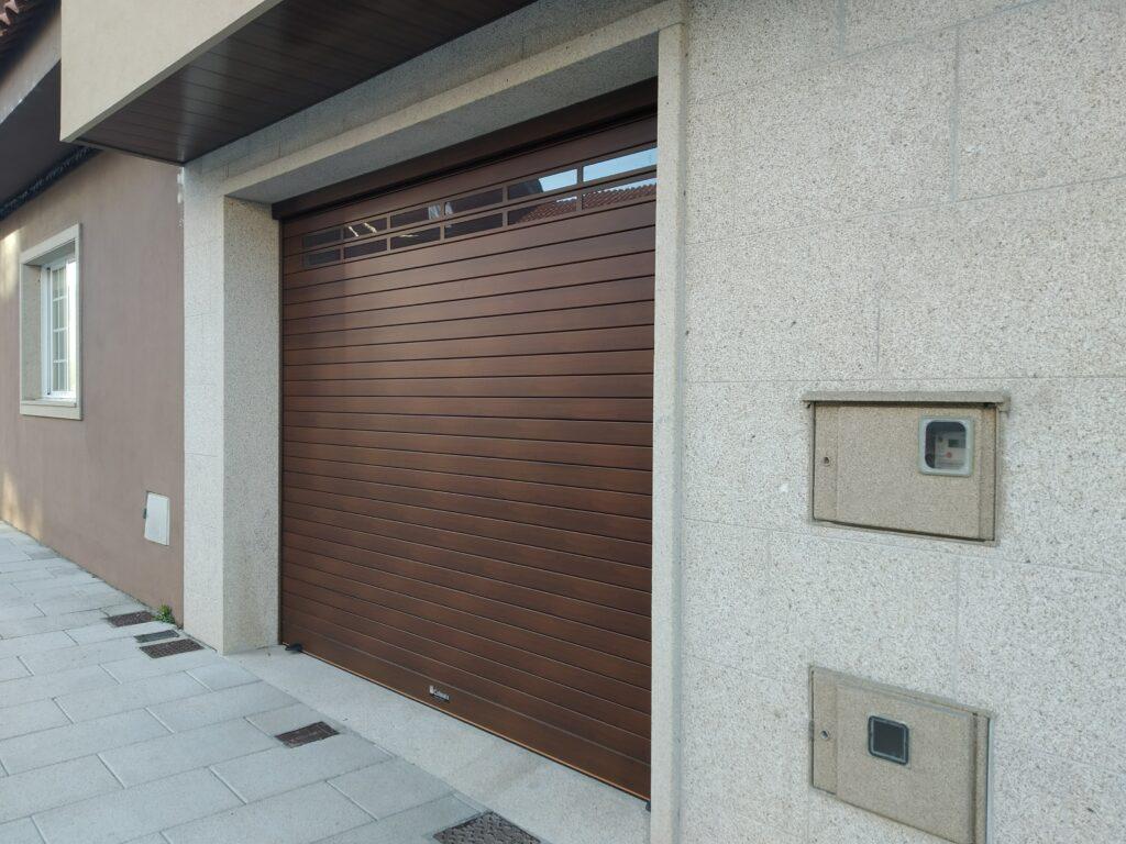 Puerta enrollable Collbaix para garaje instalada en Ribeira (A Coruña) 1