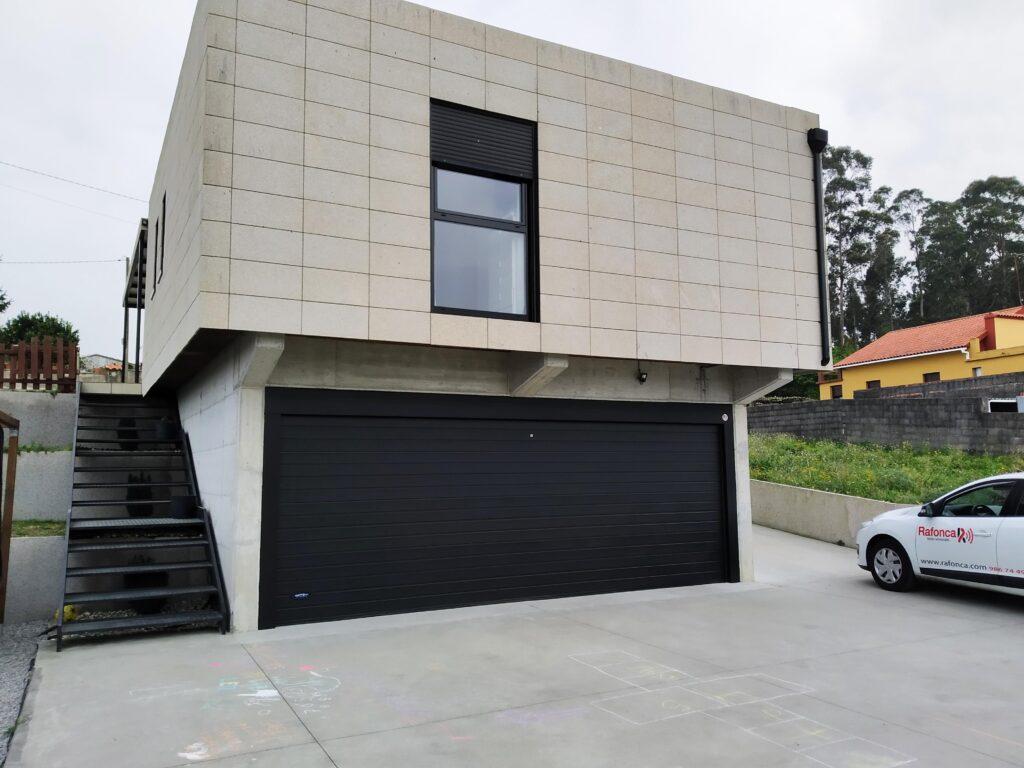 Instalación de puerta seccional Novoferm en Castrelo (Cambados) 2