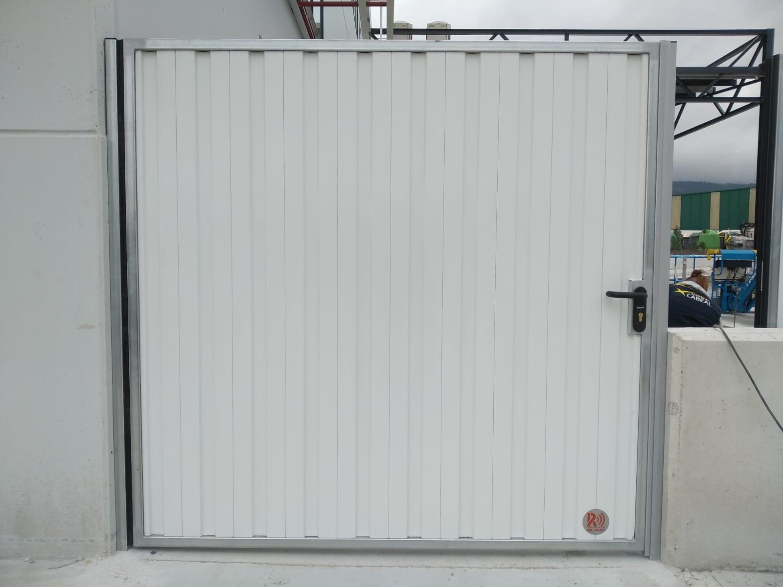 Portales corredera y batiente industriales instalados en Nigrán (Pontevedra) 5