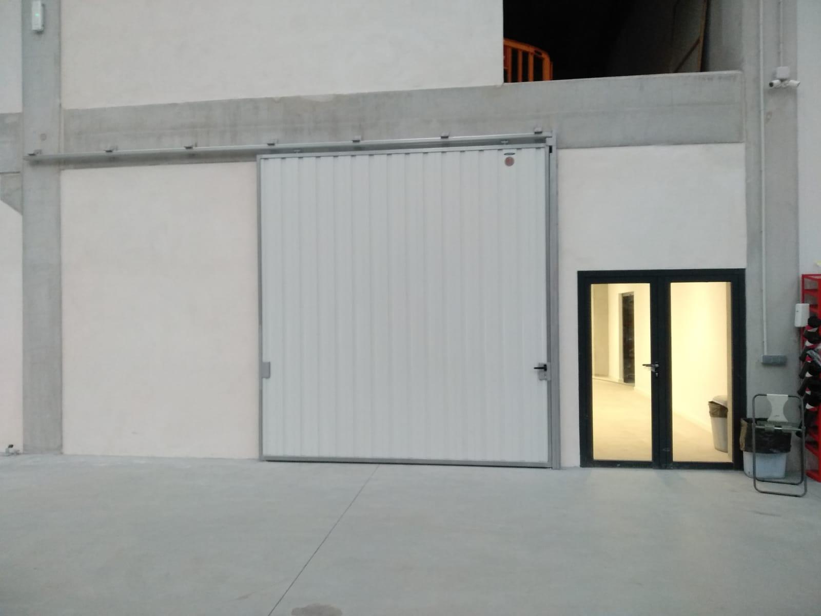 Portales corredera y batiente industriales instalados en Nigrán (Pontevedra) 9