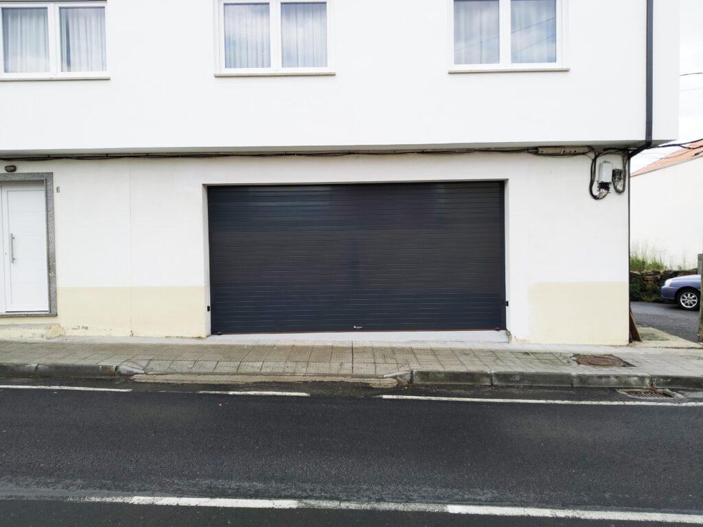 Puerta enrollable para garaje Collbaix instalada en Noia 1
