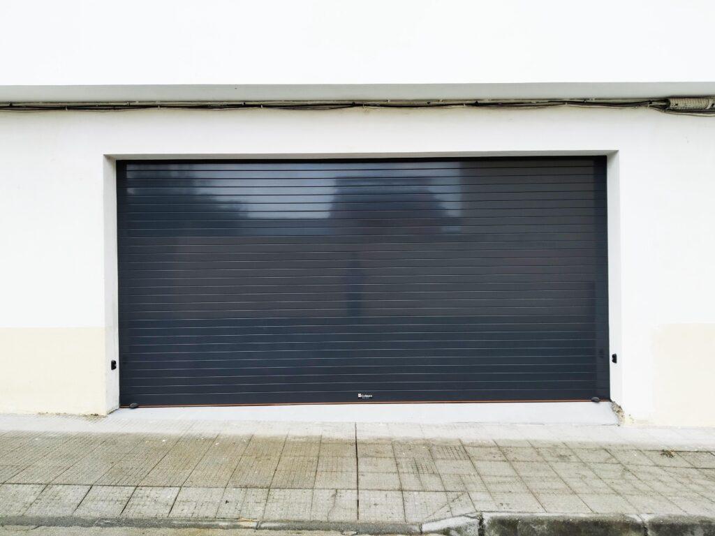 Puerta enrollable para garaje Collbaix instalada en Noia 2
