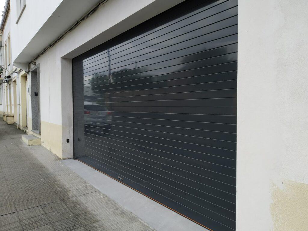 Puerta enrollable para garaje Collbaix instalada en Noia 3