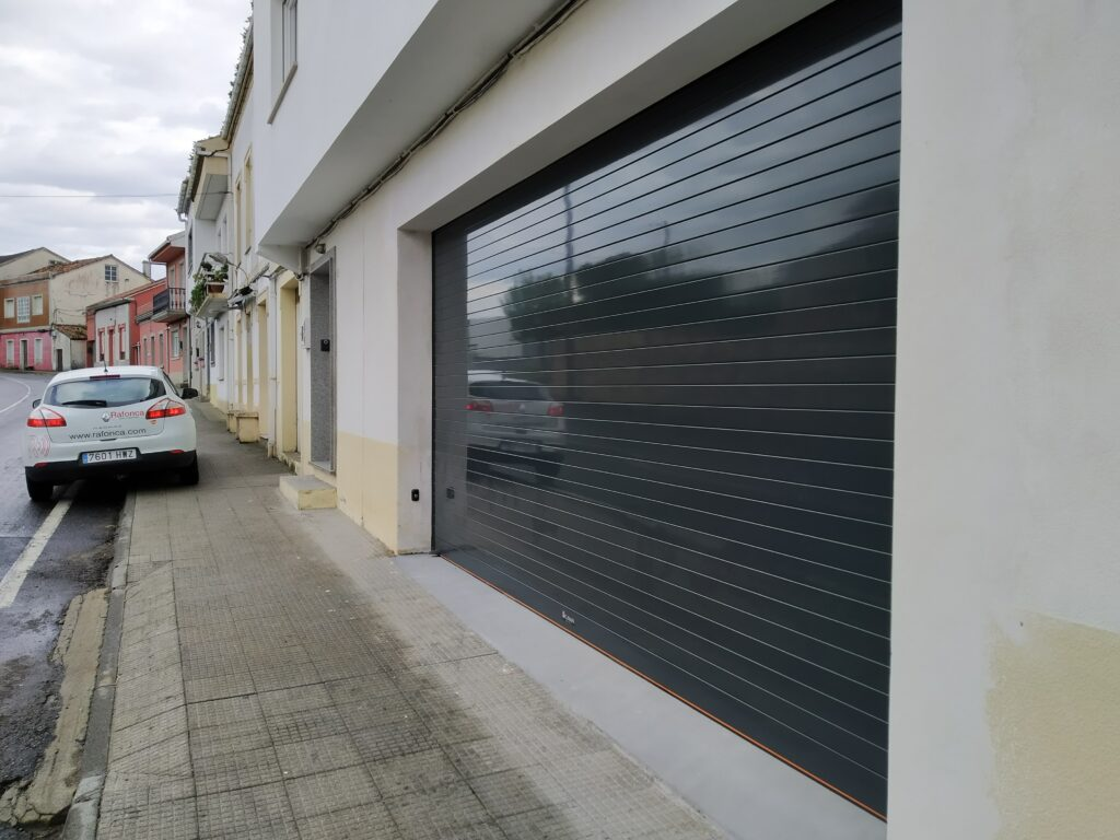 Puerta enrollable para garaje Collbaix instalada en Noia 4