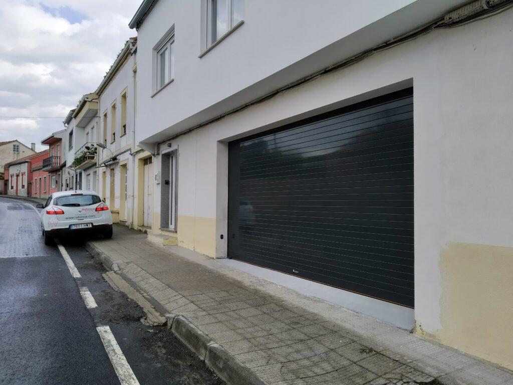 Puerta enrollable para garaje Collbaix instalada en Noia 7