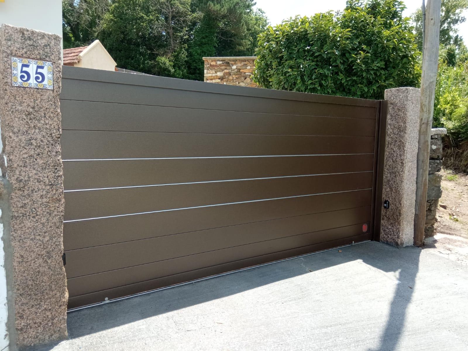 Puerta corredera de alumino soldado