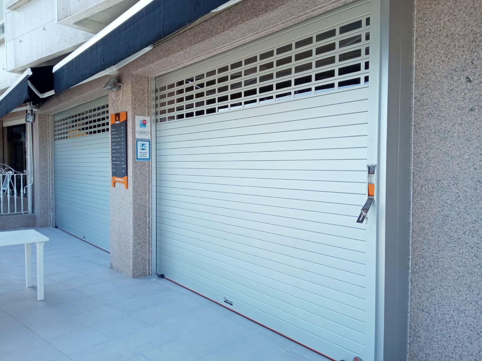 Puertas enrollables Collbaix para cierre de local de hostelería en Raxó (Poio) 2