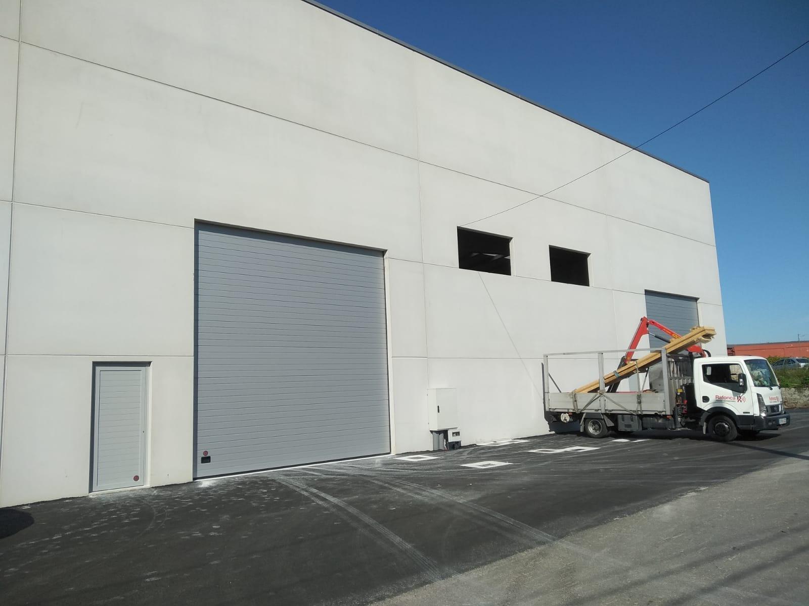 Instalación de puertas seccionales industriales Novoferm en Vilagarcía de Arousa 1